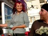 Vidéo porno mobile : The waitress embarks on porn